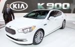기아자동차는 20일(현지시간) 미국 캘리포니아 주 로스앤젤레스 컨벤션 센터에서 열린 2013 LA 오토쇼에서 기아차의 대표 플래그쉽 세단 K9을 K900이라는 현지명과 함께 북미 최초로 공개했다. 사진은 기아차 미국법인 마이클 스프라그 부사장이 2013 LA 오토쇼의 K900 앞에서 포즈를 취하고 있는 모습.