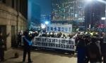 애국연대 회원 50여명이 23일밤 서울광장에서 연평도 포격도발 3주기 종북촛불 규탄 기자회견을 개최하고 있다.
