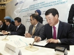 삼성엔지니어링 박중흠 사장(오른쪽 첫번째)이 계약서에 서명하고 있다.