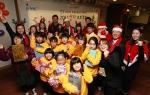 한국EMC 임직원들이 산타 프로젝트에 참석한 아이들과 함께 기념촬영을 하고 있다