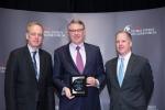 미국 뉴욕에서 열린 2013 Platts Global Energy Awards'에서 윌리엄 크레이튼 삼성엔지니어링 미국법인 마케팅 담당임원(가운데)이 CSR 부문 특별상을 받고 기념촬영을 하고 있다.