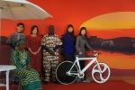 해운대 문화회관 서아프리카 예술전시장을 찾은 관람객들이 원주민 해설사와 함께 아프리카 복장을 입고 아프리카 풍경을 배경으로 기념사진을 찍고있다.