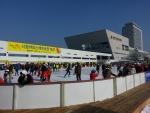 광주시청 문화광장내 야외 스케이트장이 개장 이틀만에 4559명(22일 2시 기준)이 찾아 겨울철 시민 여가공간으로 인기몰이를 할 것으로 보인다.