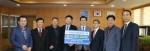 한국전기연구원 유동욱 센터장(왼쪽 4번째)가 고영진 경남미래교육재단 이사장(왼쪽 5번째)에게 지역인재 육성기금 1000만원을 전달하고 있다.