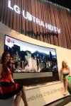 LG전자가 7일(현지시간)부터 미국 라스베이거스에서 열리는 CES 2014 전시회에서 105인치곡면울트라HDTV 앞에서 모델이 포즈를 취하고 있다.   * (사진제공: LG전자)