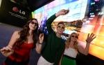 LG전자가 7일(현지시간) 미국 라스베이거스에서 열리는 세계최대 가전전시회 2014 CES에서 부스 입구에 3D 비디오월을 설치해 이목을 집중시키고 있다. (사진제공: LG전자)