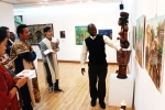관람객들이 해운대문화회관 제1전시실에 전시된 모던 스타일의 그림, 조각품들에 대한 서아프리카 현지인 전문 큐레이터로부터 설명을 듣고있다.