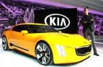 기아차 미국디자인센터 수석 디자이너(Chief Designer) 톰 커언스(Tom Kearns)가 콘셉트카 GT4 스팅어(GT4 Stinger, 개발명 KCD-10) 옆에서 포즈를 취하고 있는 모습