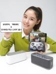 삼성전자가 스마트폰과 태블릿 등 스마트 기기 사용자들에게 새롭고 즐거운 사용자 경험을 제공하기 위해 게임 패드(모델명: EI-GP20)와 프리미엄 무선 스피커(모델명: EO-SB330)를 출시한다. 사진은 삼성전자 모델이 서울 삼성동 코엑스 갤럭시존에서 신제품 모바일 액세서리들을 소개하는 모습.