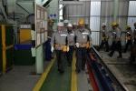 현지시간 지난 22일 루마니아 망갈리아 조선소를 방문한 고재호 사장 (앞줄 왼쪽)이 조선소내 조립공장을 시찰하고 있다.