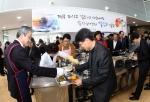 박승호 포항시장이 직원들에게 떡국을 배식하고 있다.