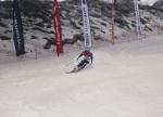 제6회 지산배 오픈스키 챔피언십에 참가한 한 참가자가 스키를 타고 슬로프를 활강하고 있다.