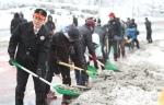 박승호 포항시장이 연화재 제설현장에서 직원들과 함께 직접 제설작업을 하고 있다.