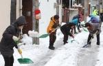 해도동 주민들이 자발적으로 제설작업에 참여하고 있다.
