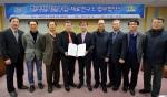 한국전기연구원 김호용 원장(왼쪽에서 4번째)과 재료연구소 강석봉 소장(왼쪽 5번째)이 융·복합 연구개발을 위한 상호 협력을 강화하는 협약을 체결하고 기념촬영을 하고 있다.