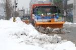 포항시에서는 청소차가 제설기를 장착하고 시내 주요 도로를 다니면서 쌓인 눈을 제거해 제설작업에 해결사 역할을 톡톡히 하고 있다.
