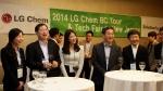 LG화학 CEO 박진수 부회장(맨 앞줄 왼쪽에서 두번째)이 미국 뉴저지주에서 개최된 글로벌 우수 인재 채용 행사를 직접 주재하며 참가 학생들과 환담을 나누고 있다.