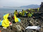 광주광역시는 16일 우이산호 유류유출 사고를 당한 여수앞바다 기름띠 제거를 위해 공직자와 자원봉사자들이 발 벗고 나섰다.