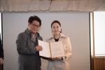 시상자 김혜은과 김만식 교육기자협회장이 기념촬영을 하고 있다.