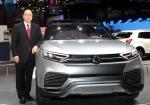 쌍용자동차가 제네바모터쇼에서 미래 성장을 위한 새로운 전략모델 콘셉트카와 주력 모델들을 선보이며 미래 제품개발 방향을 제시하는 한편 유럽시장 공략을 본격화한다고 4일 밝혔다. 이유일 대표이사가 세계 최초로 선 보인 콘셉트카 'XLV'와 함께 포즈를 취하고 있다.