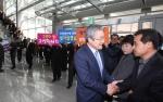 박승호 포항시장이 퇴임식에 앞서 전 공무원과 인사를 나누었다.