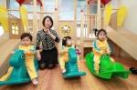 LG광화문빌딩 어린이집에서 어린이들이 놀이를 통한 교구활동을 하고 있는 모습