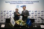 3월 16일(현지시간) 두바이 JW 메리어트 마르퀴즈 호텔에서 삼성전자와 유네스코가 국제 사회에 기여하기 위해 사회공헌 활동 협력을 위한 파트너십을 체결했다. (왼쪽부터 이리나 보코바(Irina Bokova) 유네스코 사무총장, 김석필 삼성전자 부사장)
