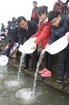 포항시가 지난 14일 연일대교 옆 형산강 둔치에서 제5회 형산강 어린 연어 방류행사를 가졌다.