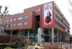 한국방송통신대가 3월을 맞아 대학 본관 외관에 봄내음 물씬 나는 대형 현수막을 달았다.