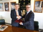한국전기연구원 김호용 원장(왼쪽)과 로마대 귀세페 노벨리 총장이 24일 연구개발 상호협력을 위한 양해각서에 서명하고 악수하고 있다.
