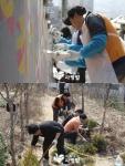 KB금융그룹 PB센터 임직원 240명이 사단법인 함께하는 사랑밭과 홍제1동을 편리하고 아름다운 마을로 바꾸는 마을재생 프로젝트를 진행했다.