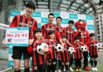 GS&POINT가 진행하는 에스코트 키즈 이벤트를 알리기 위해, 선수와 어린이 모델들이 FC서울 축구경기 전 손을 잡고 입장하는 모습을 선보이고 있다.