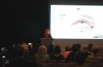 옥산나 파블렝코 박사가 청중들 앞에서 이브아르 시술사례 강연을 하고 있다.