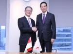 Masahiko Uotani, President and CEO of Shiseido (right) shakes hands with Franky O. Widjaja, Vice Chairman of Sinar Mas upon establishment of new joint venture company.