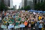 제1회 사제동행 걷기대회의 참가자들이 모여 기념 촬영을 하고 있다. 사진제공 - (사)한국환경청소년연맹