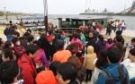 관광객으로 붐비는 포항운하관 입구의 리버크루즈 선착장