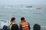박근혜 대통령이 17일 진도 앞바다에 침몰한 여객선 `세월호` 사고현장을 방문하고 있다.