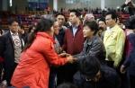 박근혜 대통령이 17일 진도실내체육관을 찾아 침몰된 선박 `세월호` 실종자 가족들을 위로하고 있다.