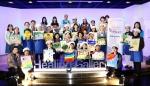 한국로슈 힐링 갤러리 시즌 4에 참가한 유방암 환우와 그 가족들이 자신이 완성한 그림을 들고 기념촬영을 하고 있다