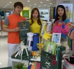 골프웨어 그린조이 직원들이 가정의 달 스패셜 패키지 상품을 선보이고 있다.