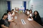 미디어윌 벼룩시장 서울 고객센터 텔레마케터들이 어버이날을 맞이하여 결연을 맺은 40여명의 어르신들을 위해 선물을 포장하고 손편지를 쓰는 시간을 가졌다.