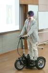 자신이 개발한 전기자전거를 타고 강의장으로 들어서는 임진욱 대표의 모습이다.