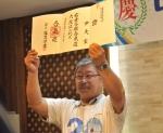 국내 최초로 합기도 6단에 오른 윤대현 회장이 스승인 고바야시 선생에게 전달받은 단증을 들어 보이고 있다.