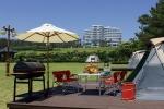 서귀포 KAL호텔은 가족들과 함께 야외 캠핑 체험과 바비큐의 즐거움을 누릴 수 있는 프리미엄 캠핑·바비큐를 선보인다.