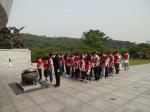 롯데건설 임직원 가족이 봉사활동에 앞서 현충탑에서 참배를 하고 있다.