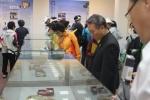 지난 25일 대산 김대거 종사 탄생 100주년 기념대법회일을 맞아 방문한 관람객이 전시 유물을 감상하고 있다.
