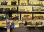 디큐브백화점이 최대 60% 할인 해외명품 초대전을 실시한다.