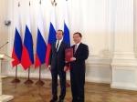 드미트리 메드베데프 러시아 총리(왼쪽)와 신명기 러시아생산법인장(오른쪽)이 시상 후 포즈를 취하고 있는 모습