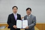 10년타기정비센터 협의회장 이정기(좌)와 (사)한국자동차튜닝협회 회장 장형성(우)이 협약서 체결 후 기념촬영을 하고 있다.