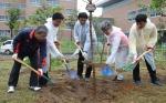 포항시가 지난 5일 북구 장성동 유소년축구장 옆 근린공원 일원에서 시민의 숲 조성 행사를 가졌다.
